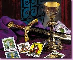 alcune carte degli arcani su panno di velluto viola con pugnale e calice dorato