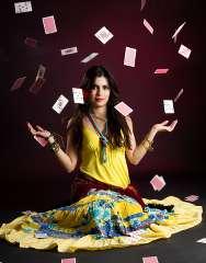 immagine che raffigura una cartomante che lancia le carte