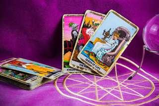 immagine che raffigura le carte degli arcani su panno di velluto viola