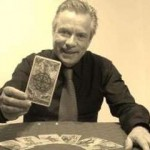 immagine che ritrae un cartomante che mostra una carte degli arcani