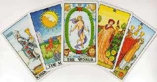 immagine che ritrae cinque carte dei tarocchi sovrapposte con al centro la carta del Mondo