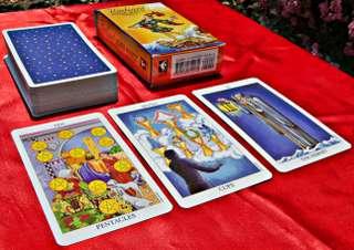 immagine di un mazzo di tarocchi con al di sotto tre carte scoperte