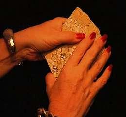 mani di donna che tengono in mano i tarocchi