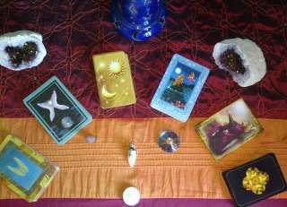 alcune carte dei tarocchi con raffigurazioni naturali disposte a semicerchio