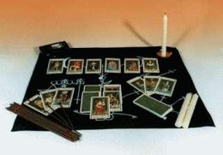 carte degli arcani stese su panno nero circondate da incensi e candele