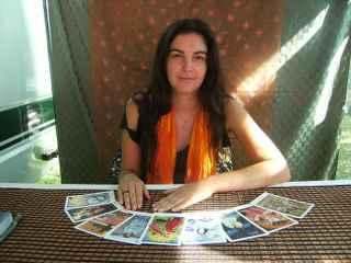 immagine che ritrae una cartomante con diverse carte degli arcani disposte davanti a se a semicerchio