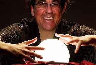 immagine che ritrae un operatore esoterico con la sfera di cristallo