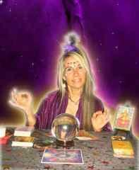 immagine che ritrae una cartomante con la sua sfera di cristallo ed alcune carte dei tarocchi