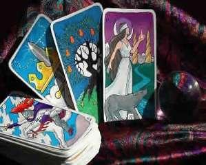 immagine che ritrae carte dei tarocchi su uno sfondo colorato