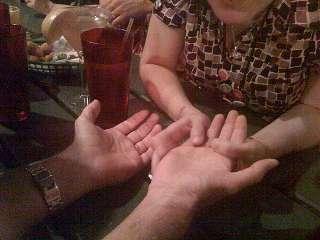 immagine che ritrae un operatrice esoterica che legge la mano al suo consultante