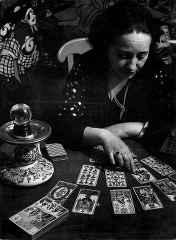 immagine in bianco e nero che ritrae una cartomante ed i suoi tarocchi