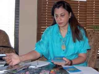 immagine che ritrae un operatrice esoterica che osserva le carte che ha di fronte