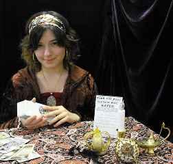 immagine di una giovane cartomante che tiene tra le mani un mazzo di carte