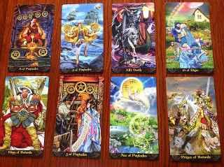 immagine che ritrae otto carte degli arcani disposte su due file
