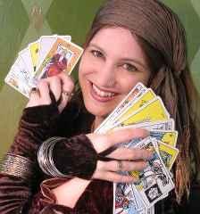 immagine che ritrae una cartomante che tiene tra le mani due mazzi dei arcani