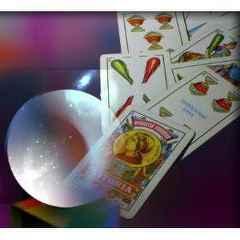 immagine di una sfera di cristallo e carte da briscola