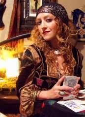 immagine che ritrae una cartomante in abito gitano che tiene tra le mani alcune carte dei tarocchi