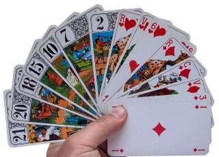 immagine che ritrae un mazzo di carte aperto a ventaglio tenuto dalla mano di un operatore esoterico