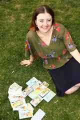 immagine che ritrae una cartomate seduta su un prato verde con alcune carte dei tarocchi