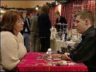 immagine che ritrae un operatore esoterico con la sua consultante