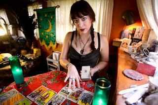 immagine che ritrae una cartomante che esegue una stesura delle carte