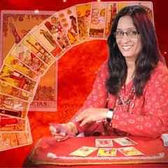 immagine che ritrae una cartomante vestita di rosso con alle spalle degli arcani disposti a semicerchio su sfondo rosso