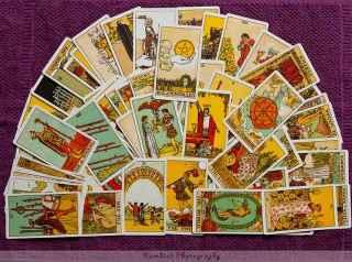 immagine che ritrae tante carte dei tarocchi disposte su un panno viola