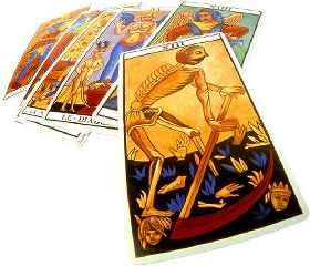 immagine che ritrae carte degli arcani con raffigurazioni molto colorate