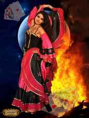 immagine che ritrae una cartomante con vestito gitano mentre fa volteggiare la sua gomma tra le fiamme