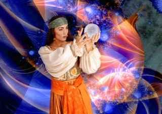 immagine che ritrae una cartomante che tiene tra le mani in alto davanti a se una sfera di cristallo