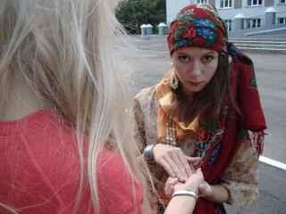 immagine che ritrae una veggente che legge la mano alla sua cliente