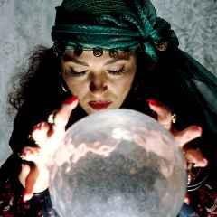 immagine che ritrae un operatrice esoterica concentrata sulla sua sfera di cristallo