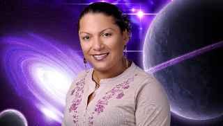 immagine che ritrae un'astrologa su uno sfondo di pianeti