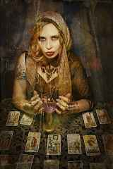 immagine antichizzata di una bella operatrice esoterica con carte dei tarocchi disposte davanti a se