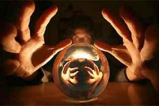 immagine che ritrae le mani di una cartomante che si riflettono nella sfera di cristallo