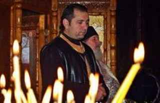 immagine che ritrae un operatore esoterico in meditazione con diverse candele accese
