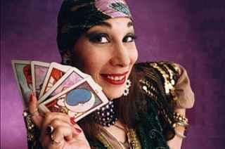 immagine che ritrae una cartomante con le carte in mano