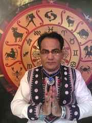 immagine di un cartomante con alle spalle tavola astrologica