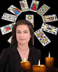 immagine che ritrae una cartomante con alle spalle uno sfondo di carte