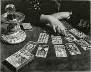 immagine in bianco e nero che ritrae le mani di una cartomante mentre esegue un consulto