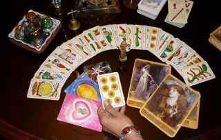 immagine che ritrae una stesura di diverse carte dei tarocchi