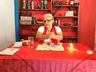 immagine che ritrae una cartomante al tavolo della divinazione