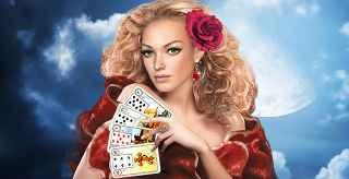 immagine che ritrae una belle cartomante bionda con una rosa rossa tra i capelli e alcune carte tra le mani
