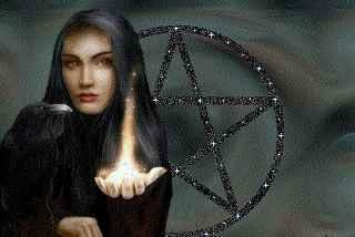 immagine che ritrae una cartomante vestita di nero che ha alle spalle la stella di david