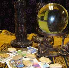 immagine che ritrae oggetti esoterici vari