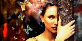 immagine che ritrae un operatrice esoterica che ha tra i capelli delle farfalle colorate