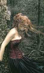 immagine che ritrae una ragazza dai capelli rossi in un bosco