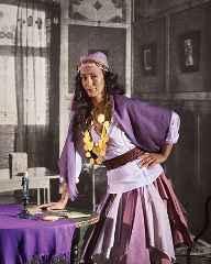 immagine che ritrae una cartomante vestita di viola
