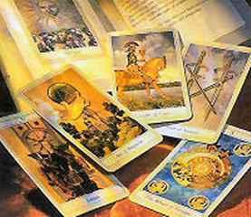 immagine che ritrae diverse carte disposte in ordine sparso un un panno arancione