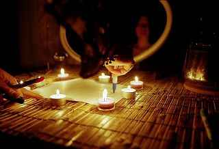 immagine che ritrae delle candele accese disposte a cerchio su un tavolo